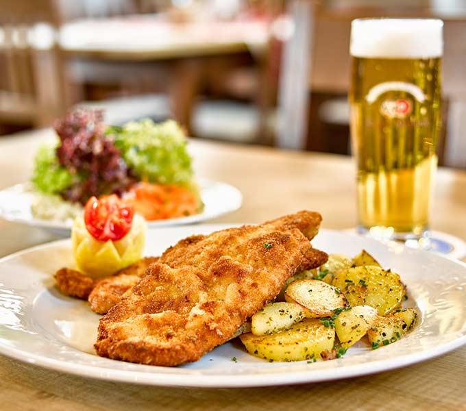 schnitzel-mit-salat-bier